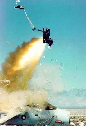 «Ejectionseat» de U.S. Air Force - http://www.holloman.af.mil/sunburst/2003/april/April%204.pdf. Disponible bajo la licencia Dominio público vía Wikimedia Commons